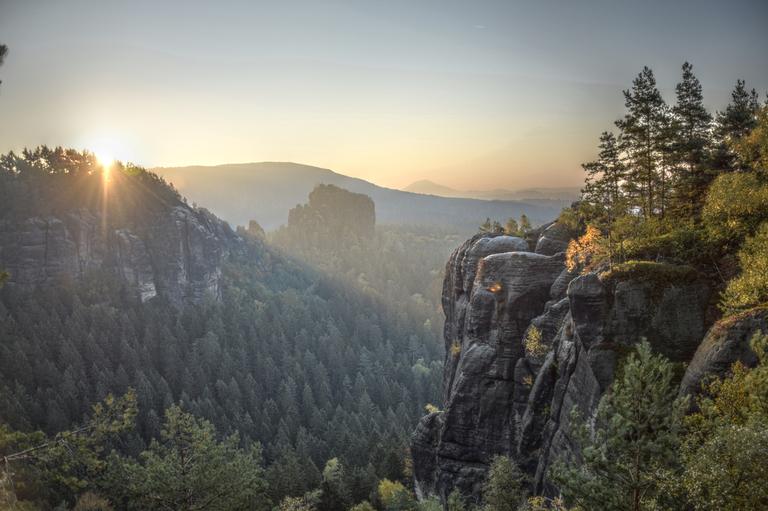 Herbstlicher Sonnenaufgang in der Sächsischen Schweiz – Breite Kluft